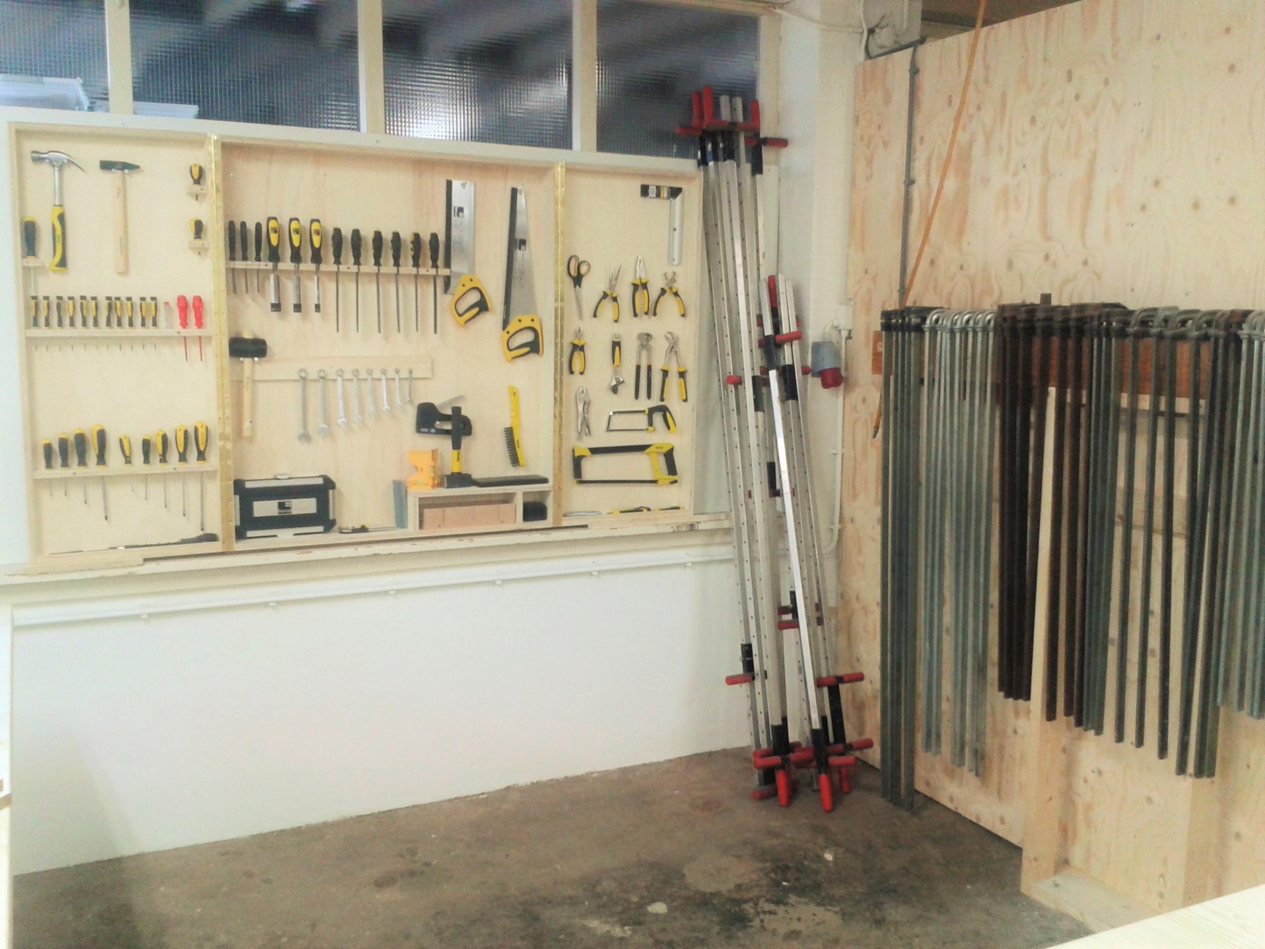 Handgereedschap en lijmtangen in onze werkplaats